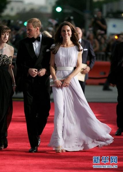 浅色礼服并搭配与礼服腰部银色装饰相配的银色手包