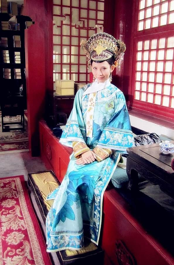 收藏图片  查看评论查看原图 平时的皇后:水蓝蜀锦旗袍裙清丽脱俗.