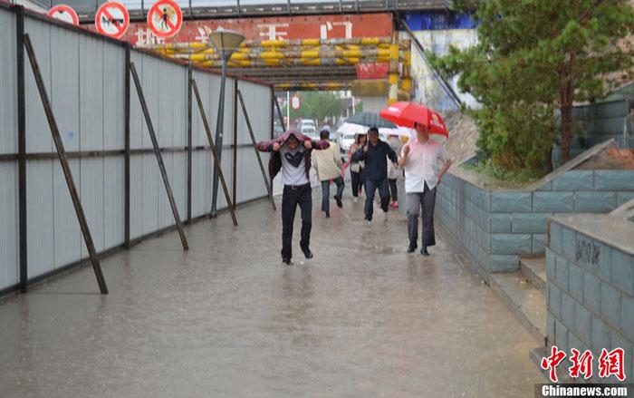 甘肃 玉门/6月5日凌晨1时许,甘肃玉门市遭遇暴雨袭击,整个城区被大雨...