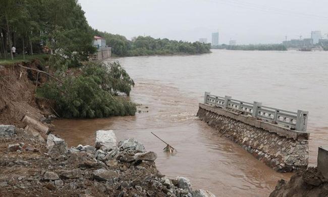 兰州/组图:黄河兰州段百米河堤垮塌市区供水管断裂(1/12)