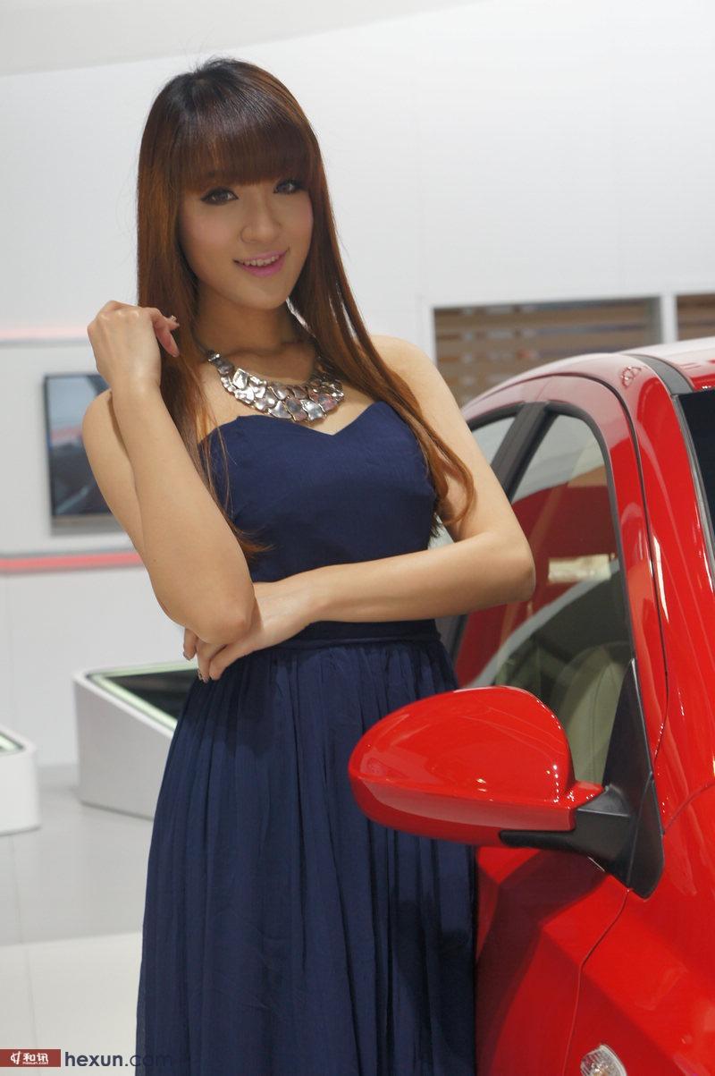 2013广州车展:蓝衣美女引围观