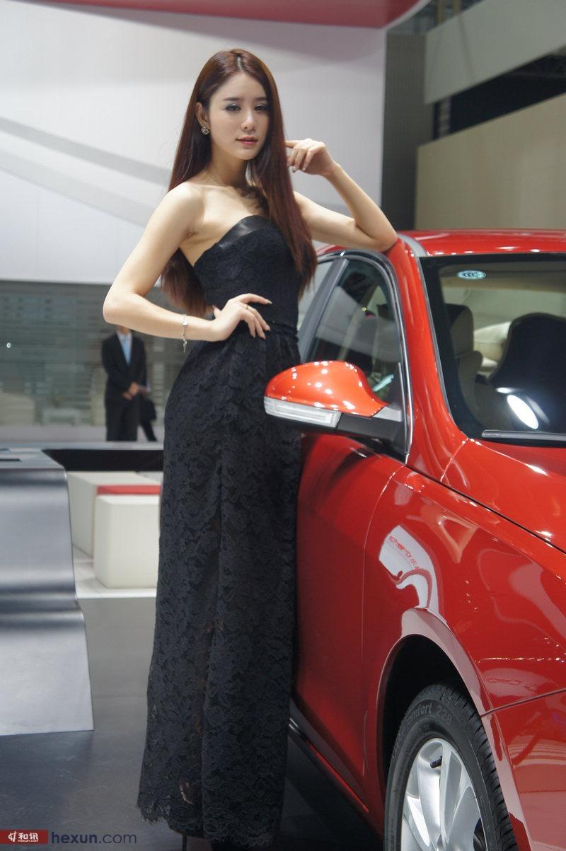 2013广州车展:黑裙长发美女车模图集