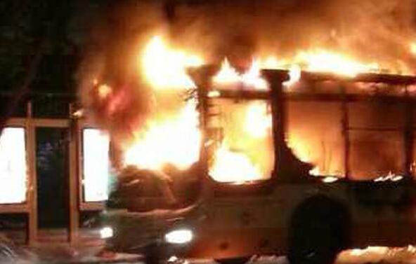 广州301路公交车发生爆炸 车身烧成铁架 现场