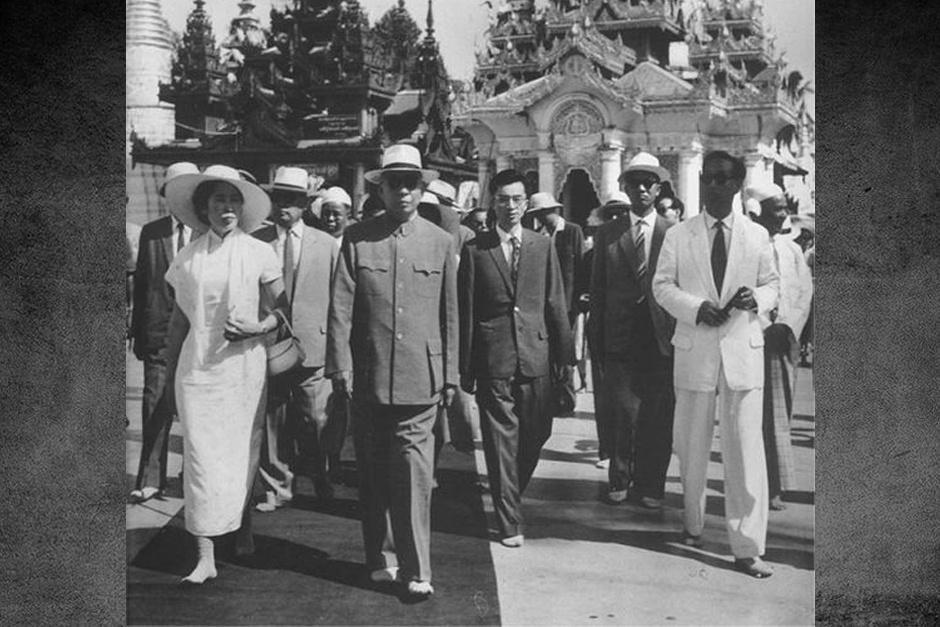 ...素的天鹅绒套装.图为1966年王光美陪同刘少奇出访缅甸.